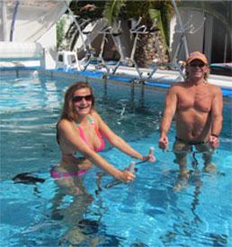 Entraînement d'aquabike dans la piscine.